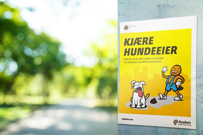 Plakat med oppfordring til hundeeiere om å bruke hundeposer
