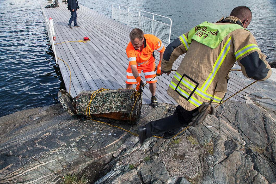 Brann- og redningsetaten drar opp tunge ting fra vannet.