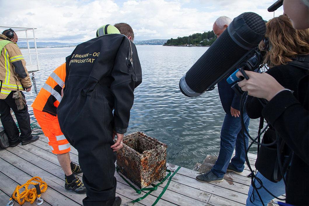 NRK filmer det som er funnet i badevannet.