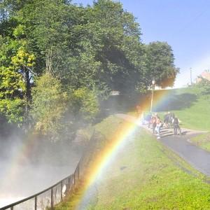 Elverusken med regnbue i forgrunnen.